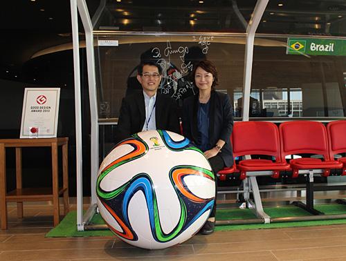 AGC本社にて:サッカーW杯2014協賛ガラスルーフベンチ